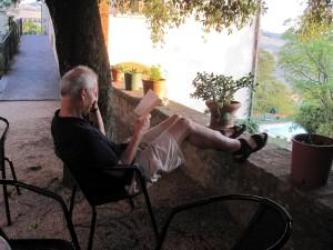 Georg denkt sich in der Villa den Sinngenerator aus